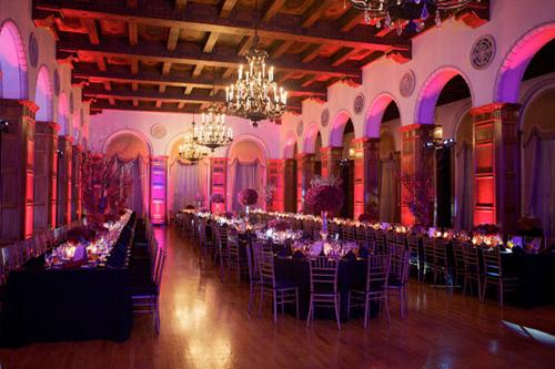Tiệc đãi khách của đôi uyên ương được tổ chức vào buổi tổ, tại một nhà hàng sang trọng. Cặp đôi kết hợp cả bàn tiệc dài và bàn tròn trong tiệc.