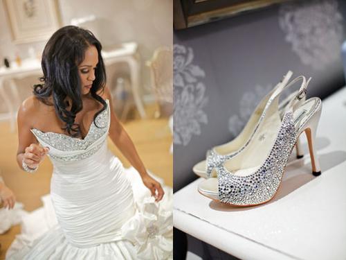 Cô dâu chọn một chiếc váy đuôi cá đính đá cầu kỳ và một đôi giày ton sur ton cũng đính đá trắng.