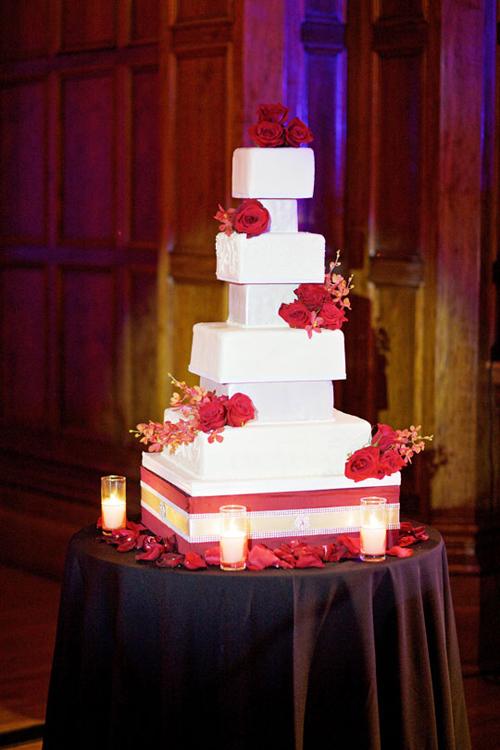 Bánh cưới nhiều tầng được trang trí bằng những bông hoa tươi.