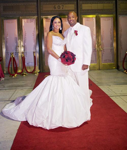 Hoa của cô dâu và chú rể đều mang màu đỏ thắm, chính là sắc màu chủ đạo của đám cưới.