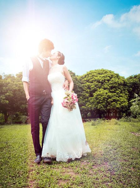 Hoa cầm tay màu sắc sẽ nổi bật trên nền váy cưới trắng.