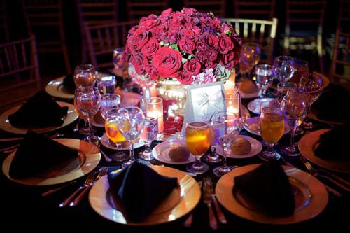 Bàn tiệc được trang trí với bình hoa thấp đáng yêu.