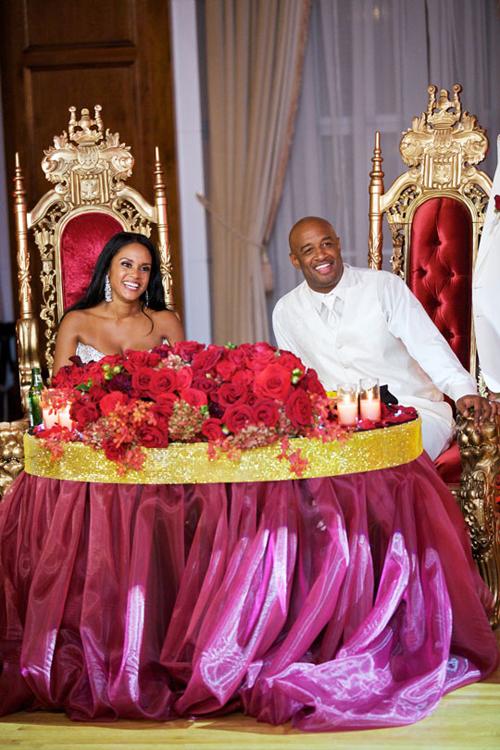 Trong tiệc, cô dâu chú rể còn sắp xếp một chiếc bàn đặc biệt, là chỗ ngồi dành riêng cho cô dâu chú rể với trang trí khác hẳn, lộng lẫy như vua và hoàng hậu.