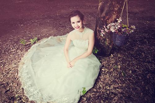 Tông trang điểm nhẹ và nhấn nhá vào màu môi đậm rất nổi bật trên nền váy trắng và giúp cô dâu có vẻ đẹp nền nã.