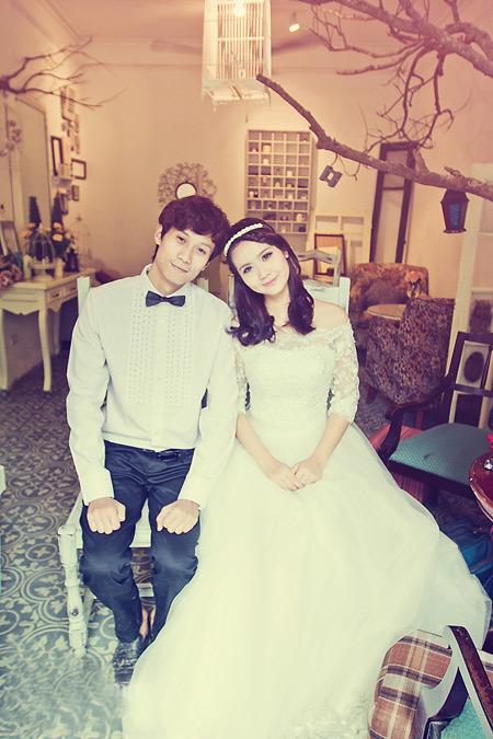 Huyền Lizzie và bạn trai tinh nghịch với phong cách chụp ảnh cưới kiểu Hàn Quốc.
