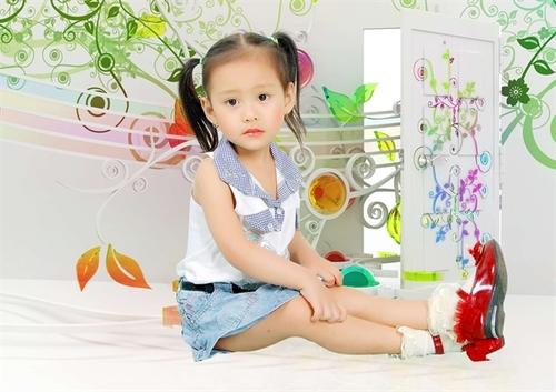 Bé Nguyễn Phúc Bảo Ngọc, tên thường gọi SuSu, bé sinh ngày 7/10/2010. Bé rất thích hát nên bé thường hát líu lo cho ba mẹ nghe. Bộ ảnh này bé chụp vào ngày 26/9/2012.