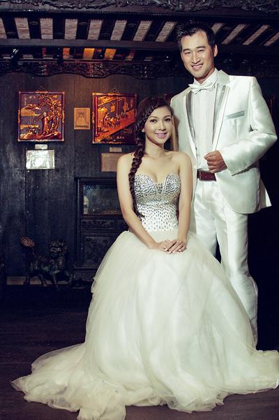 """Trong bộ ảnh mới, """"công chúa miền Tây"""" thử cảm giác làm cô dâu khi khoác áo cưới trắng tinh khôi bên """"chú rể"""" Trịnh"""