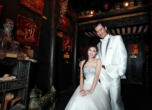 Bộ ảnh được thực hiện với sự hỗ trợ của nhà thiết kế Minh Châu và chuyên gia trang điểm Nguyễn Sang.