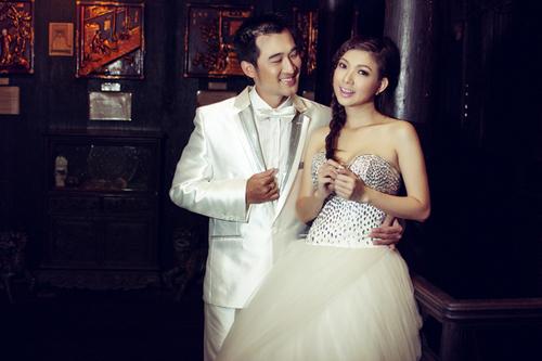Trong ngôi nhà cổ, cặp đôi thể hiện những khoảnh khắc ngọt ngào trước ống kính.