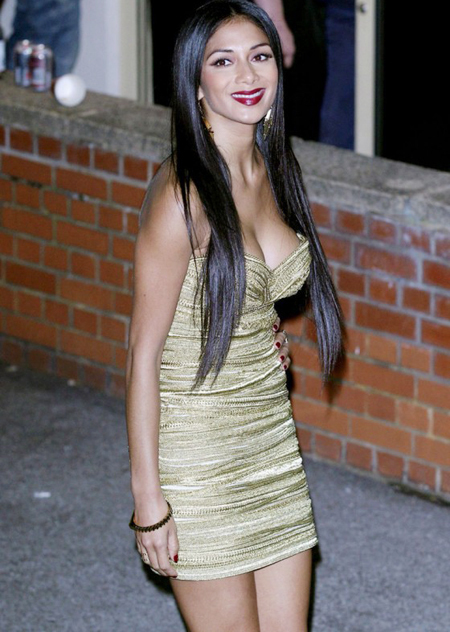 Mặc bộ váy quây cúp ngực hờ hững, nữ giám khảo X-Factor Nicole Scherzinger khéo khoe gò bồng đảo căng tròn, bắt mắt sau khi