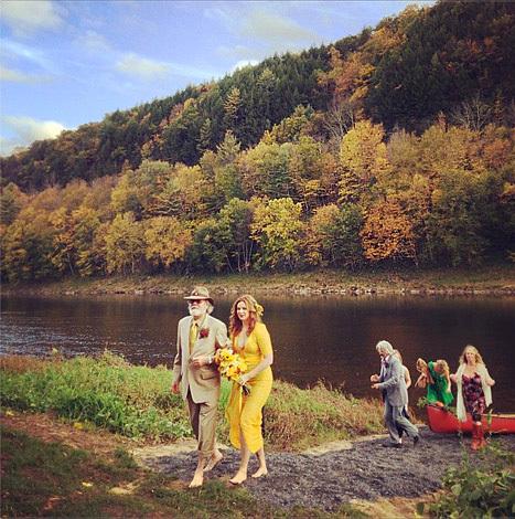 Nữ diễn viên Amber Tamblyn mới tổ chức đám cưới trong rừng cây mùa thu.