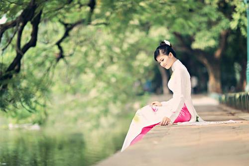 Áo dài lụa thường tạo cảm giác mềm mại, nhẹ nhàng. Ảnh: Nupakachi Đỗ.
