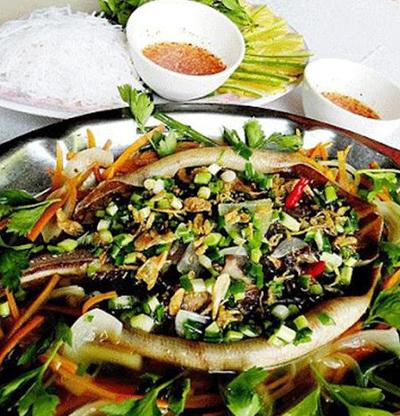 Cá Đuối nướng quấn rau chấm mắm nêm đặc biệt Quảng Nam.