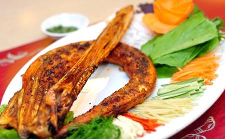 Cá chìa vôi nướng quấn rau cải cay chấm muối ớt xanh.