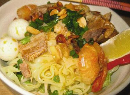 Tô Mỳ Quảng đầy đặn thơm ngon giá 30.000 đồng.