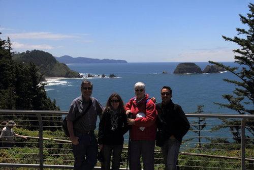 Nhà VanHalen cùng với các Couch Surfers khác bên một bãi biển ở tiểu bang Oregon, Mỹ nơi họ sinh sống.