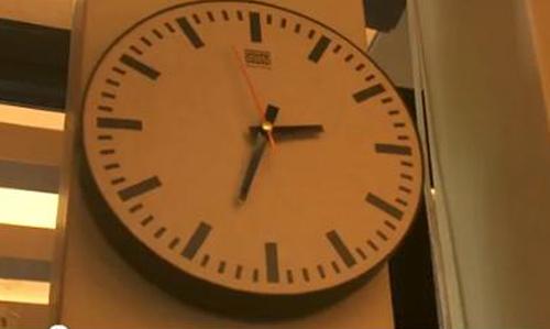 Chiếc đồng hồ trong nhà hàng Các tông cũng sử dụng bìa cứng.