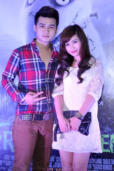 Tại Hà Nội, cặp đôi Vũ Hà Anh - Dương Hoàng Yến tay trong tay đến dự sự kiện. Cả hai đã công khai tình cảm sau khi Hà Anh rời khỏi cuộc thi Sao Mai điểm hẹn 2012.