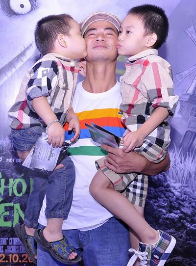 Hai cậu con trai của nghệ sĩ Xuân Bắc thể hiện tình cảm với bố trước chốn đông người.