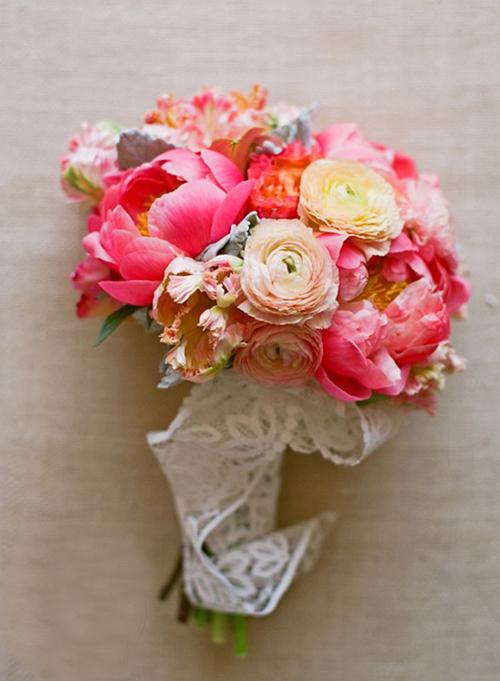 Điểm sắc hồng cam ấm áp vào hoa cưới