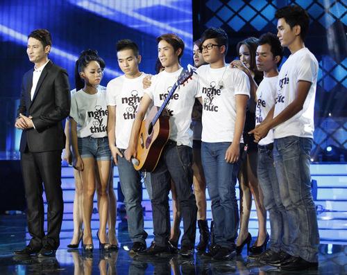 Các thí sinh buồn bã động viên Thanh Hưng trên sân khấu.
