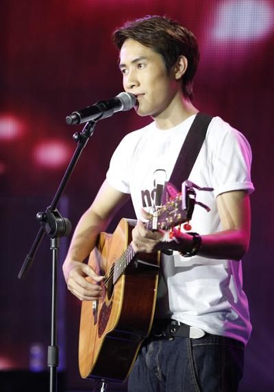 Thanh Hưng được quyền hát 'sing-off' để ban giám khảo xem xét. Anh thể hiện ca khúc 'Tìm về lời ru' nồng nàn, tình cảm dành cho mẹ của mình (xem clip).