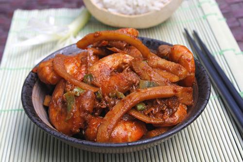 Món tôm với vị ngọt của tôm, thêm màu gạch tôm tạo màu và cùi dừa ăn giòn sần sật rất ngon.