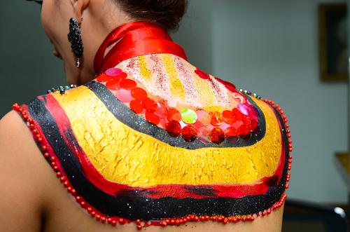 Cận cảnh vùng vổ và lưng của Hoàng Yến được vẽ và gắn hạt cườm với đủ màu sắc.