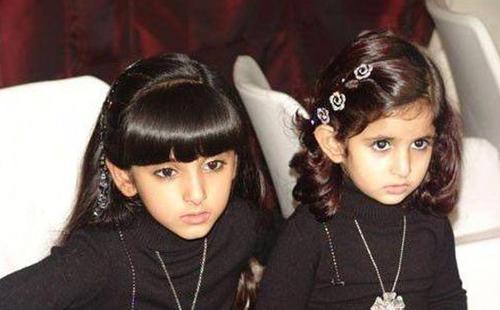 Công chúa Shamma chụp cùng em gái.