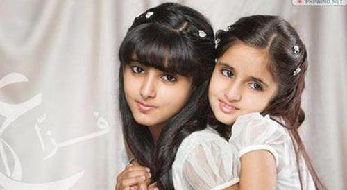 Hai công chúa xinh đẹp chụp ảnh cùng nhau.