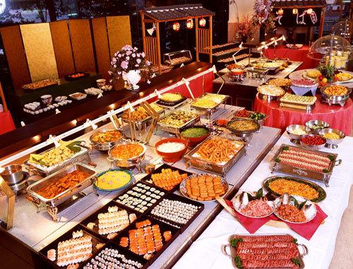 Cách bài trí món ăn bắt mắt, đa dạng của các nhà hàng ngày càng thu hút nhiều khách.