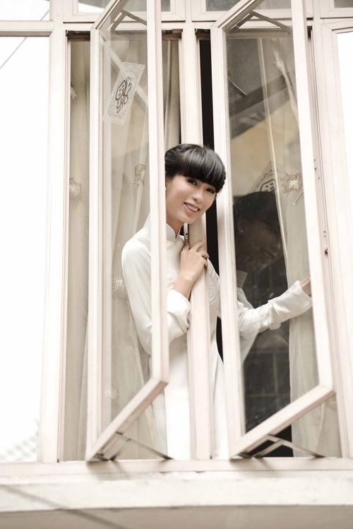 Cô dâu Hà Đăng diện áo dài trắng tinh khôi cho đám cứoi.