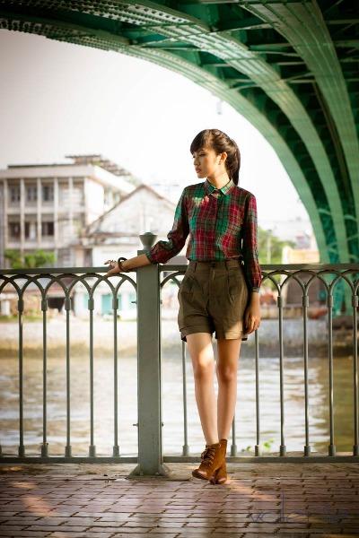 Chiếc áo sơ mi sọc caro đơn giản với chất liệu cotton mỏng, nhẹ sẽ là một gợi ý hay dành cho bạn gái trong mùa thu này.