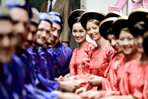 Hoa hậu Mai Phương Thúy trong vai trò bê tráp cho nhà gái rạng rỡ chụp ảnh kỷ niệm.
