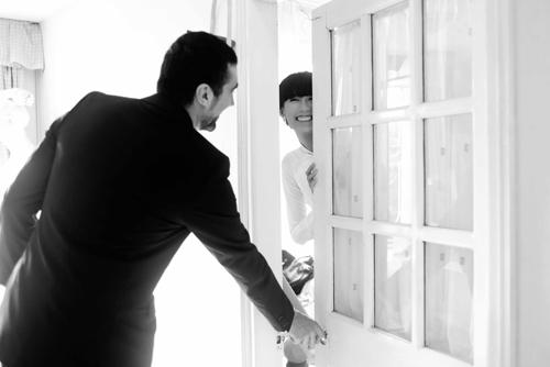 Sau khi hai gia đình chuyện trò, chú rể mới được phép lên đón cô dâu Hà Đăng.