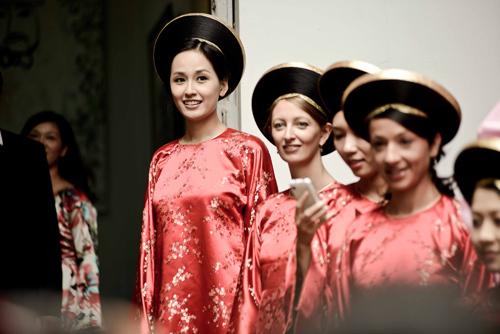 Đội bê tráp của hai gia đình đều diện áo dài, khăn đóng truyền thống. Trong số những cô gái bê tráp cho nhà gái có sự xuất hiện của Mai Phương Thúy.