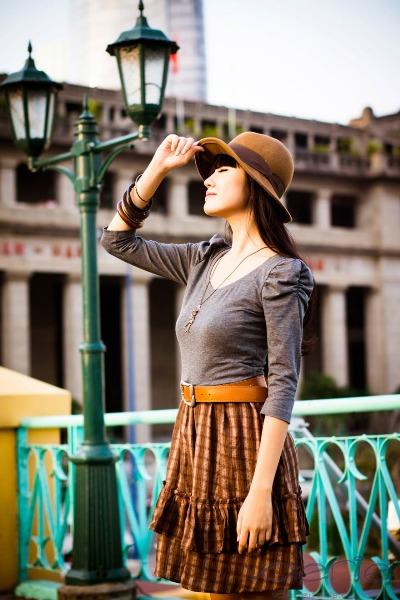 Áo thun dài tay một lần nữa điểm xuyết cho bộ cánh của bạn khi được kết hợp với chiếc đầm hai dây, và chiếc thắt lưng màu nâu.
