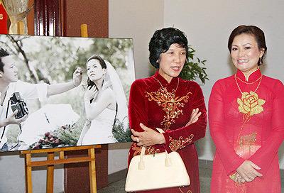 Áo dài truyền thống màu sắc trầm phù hợp với các bà mẹ.