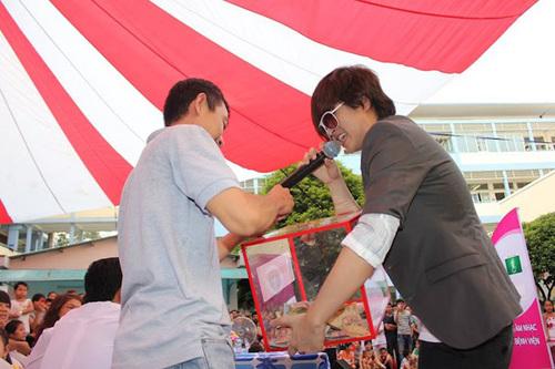 Hai tuần trước khi sang Singapore phẫu thuật, Wanbi Tuấn Anh vẫn tham gia một chương trình ca nhạc từ thiện mang tên 'Mang âm nhạc đến bệnh viện'. Anh vừa hát vừa cầm thùng từ thiện đi quyên góp cho bệnh nhân nghèo.
