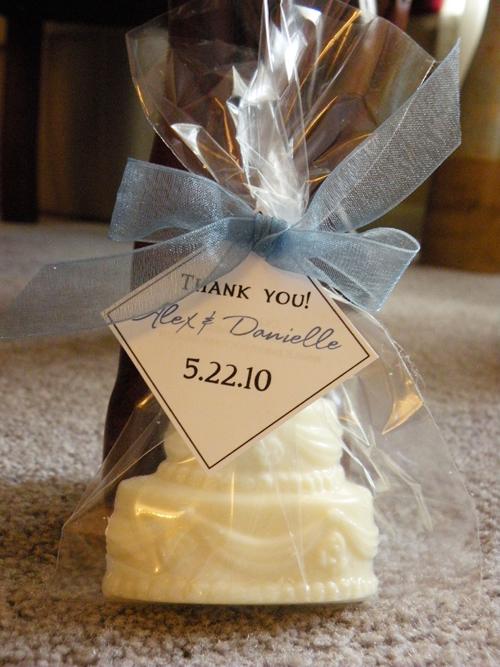 Chiếc bánh cưới nhỏ xinh bằng chocolate được gói đơn giản, dễ thương.