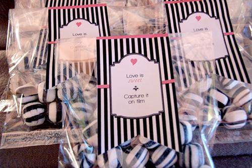 Các cô dâu chú rể có thể mua kẹo và đóng gói trong các bao bì đáng yêu để làm quà tặng.