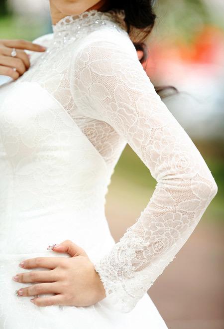 Họa tiết ren hoa hồng là một điểm nhấn trên váy. Ren rất mềm mại, ôm da nên không gây cảm giác khó chịu khi mặc.