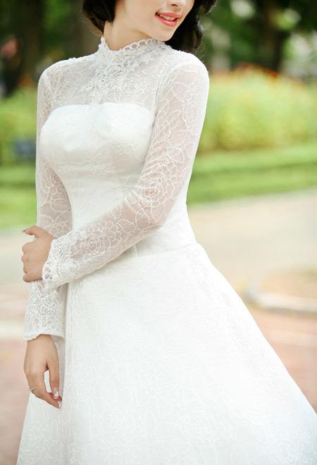 Ren mỏng phủ một lượt trên váy, thu hút ánh nhìn của người đối diện.