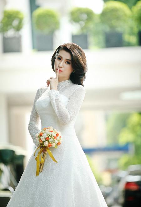 Kết hợp cùng váy cưới trắng, cô dâu nên chọn hoa cầm tay màu sắc rực rỡ.