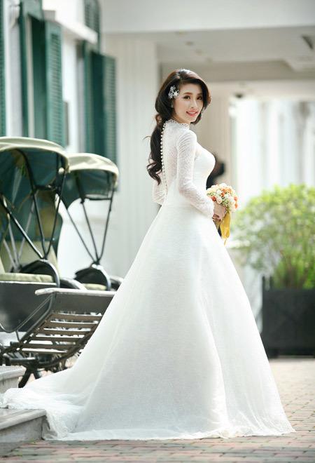 Chiếc váy nhìn từ phía sau, ôm thân trên và bồng xòe ở dưới.