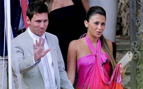 Messi và bà bầu Antonella tại đám cưới Iniesta hồi đầu tháng 7.