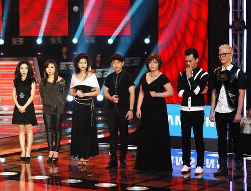 Đêm liveshow 4 diễn ra tối 21/10 bắt đầu bằng việc công bố kết quả dành cho hai thí sinh được khán giả bình chọn nhiều nhất của đội Đàm Vĩnh Hưng.