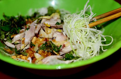 Bắp cải được sử dụng rất tươi ngon, ăn có vị giòn.