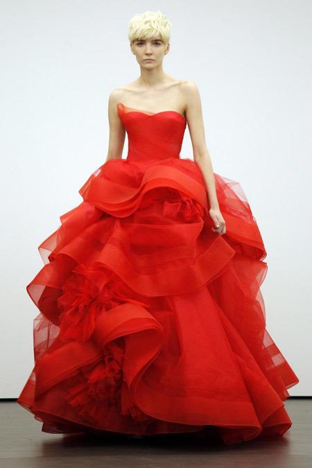 Bộ sưu tập váy cưới màu đỏ của bà từng làm khuấy động sàn thời trang.