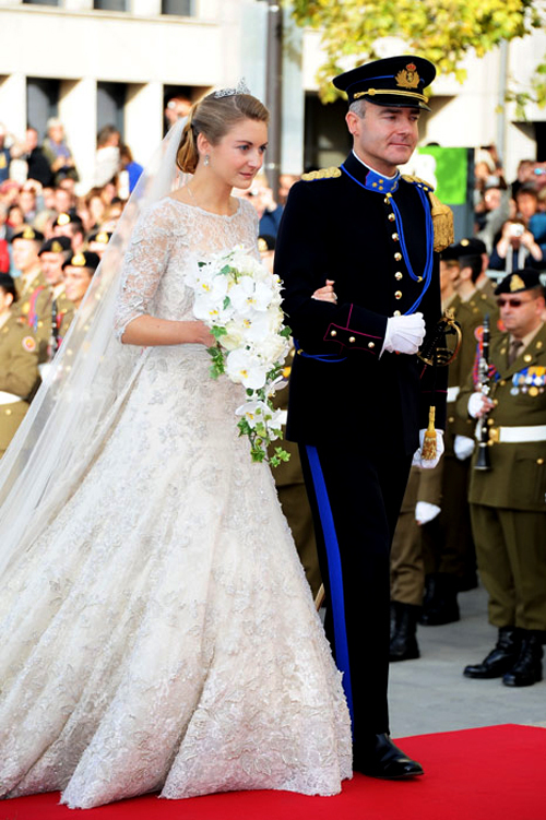 Anh trai của nữ bá tước là người dẫn cô bước vào lễ đường.
